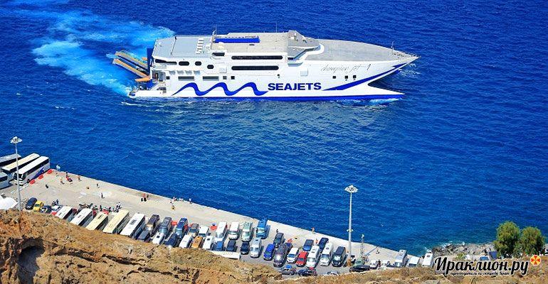Паром Champion Jet в порту Санторини