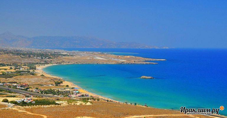 Небольшой курорт у большого пляжа. Крит, Греция.