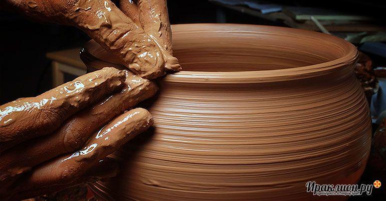 Руки мастера в гончарной мастерской. Крит, Греция.