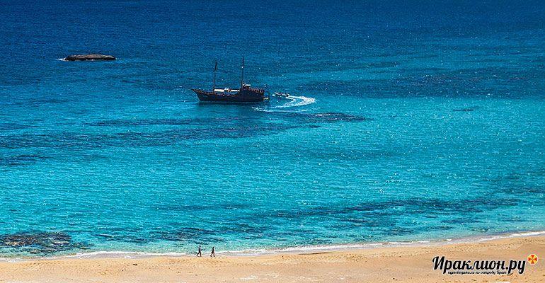Корабль на пляж Куфониси. Крит, Греция.